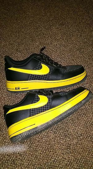 Nike Air sneakers black and yellow for Sale in Williamsport, PA