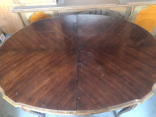 Older dinning room table with 2 - 16in leaves