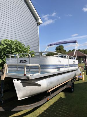 94' 21 foot pontoon boat in very good condition runs great no issues trail is good call Sal 470 388 3348$4500 has a boat cover that comes with it for Sale in Bethlehem, GA