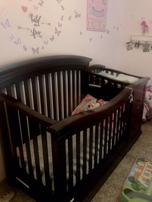 Crib with changing table bundle DEAL, fitted sheets and comforter for Sale in Bel Aire, KS