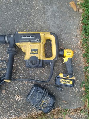DEWALT 3/4-in SDS-max 13.5-Amp Keyless Rotary Hammer Drill with the Hand Held Dewalt Light for Sale in Jackson, MS