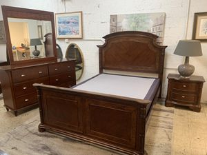 Queen size bedroom set with box spring all in like new condition! for Sale in Plantation, FL