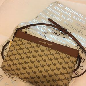 New Authentic Michael Kors Large Crossbody Messenger for Sale in Lakewood, CA