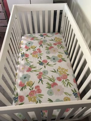 White Crib (Convertible for baby or toddler) w/ mattress for Sale in San Jose, CA