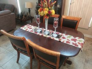 Dining room set with 4 chairs./ Juego de comedor con 4 sillas. for Sale in Ruskin, FL