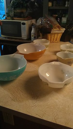 6 vintage Pyrex bowls different patterns no chips in great condition for Sale in Hesperia, CA