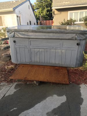 Spa / hot tub is in great condition everything works came with a new filter and cover model Capri 2000 for Sale in Hayward, CA