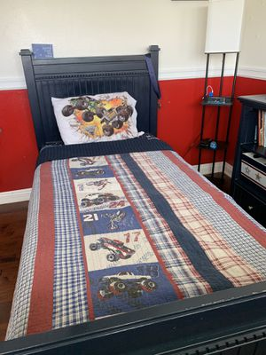 7 piece boys bedroom set with trundle/storage. Comes with 3 storage bins. for Sale in Alta Loma, CA