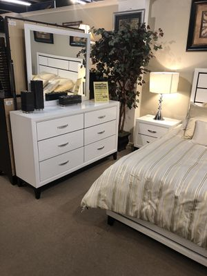 Akerson queen bedroom collection for Sale in Chandler, AZ