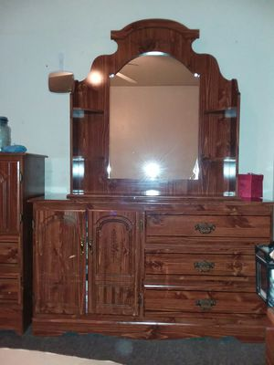 Dresser 73×53×15 in good condition all drawers open and close for Sale in Columbus, OH