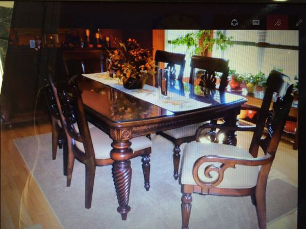 Beautiful tommy Bahama/Lexington Furniture Dining table and 6 chairs