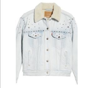 NWT Levi's Ex-Boyfriend Sherpa Trucker Jacket Color CHAMPAGNE SUPERNOVA - LIGHT for Sale in Los Angeles, CA