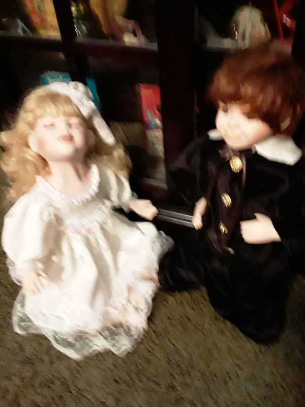 Porcelain kissing dolls