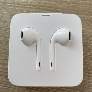 Apple Authentic EarPods w/ Mic & Remote Lightning Connector for Sale in San Diego, CA