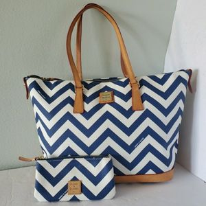 Like New!Authentic Dooney and bourke tote bag with wallet for Sale in Fort Lauderdale, FL