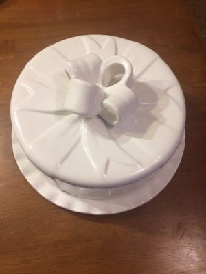 White ceramic cake plate with cover with bow detail for Sale in Fairfax Station, VA