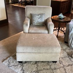 White Chair With Ottoman for Sale in Sammamish,  WA