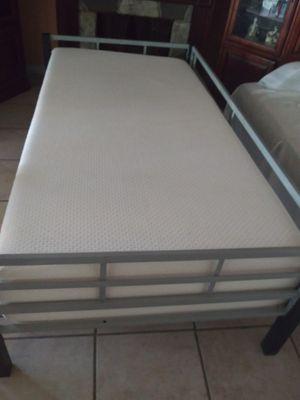 Cama metálica twin size con colchón muy limpio y una mesita lateral for Sale in Rialto, CA