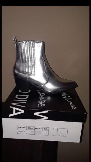 New womens silver boots size 7 $15 for Sale in Compton, CA