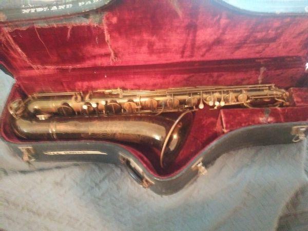 La monte baritone saxophone with case