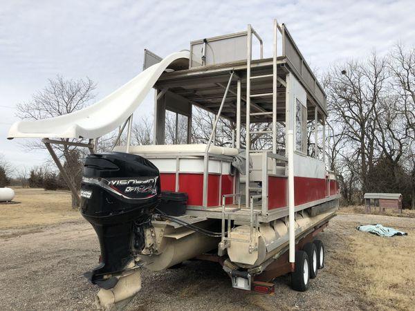 Tritoon party boat