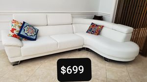 Sectional sofa , modern 5 month old ,barely used, looks like out of the box. for Sale in Miami Gardens, FL