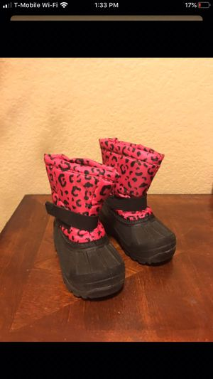 Girls snow boots size 7c for Sale in Las Vegas, NV