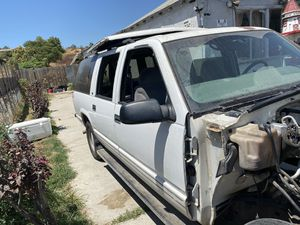 Parting out a 1999 Chevy Suburban 1500 buy or parts for Sale in San Bernardino, CA