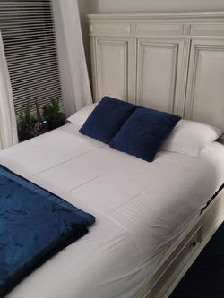3 Piece Bedroom Set. Queen Bed, Chest, Mirror for Sale in Brooklyn,  NY