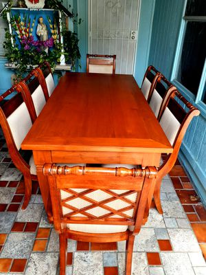 🌹🌿Beautiful wood dining room table with 8 chairs. EXELLENT CONDITION LIKE NEW. 🌹🌿 Table has 2 leaves. 2 chairs have arms. 6 chairs no arms. for Sale in Houston, TX