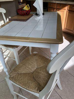 Mesa con dos sillas for Sale in Lathrop, CA