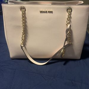 Brand New Authentic Michael Kors Bag $100 PRICE IS FIRM NO LEES for Sale in North Las Vegas, NV