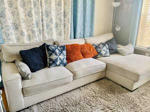 Sectional couch with chaise with pillows for Sale in UPR MARLBORO, MD