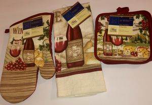 Kitchen Towel, Oven Mitt , and 2 Pot Holders RED WINE!! Set 4 Piece!!! Great!!! for Sale in Tulsa, OK