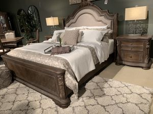 Bedroom set Q 4 Pc Beautiful detail in this bedroom set for Sale in Madera, CA