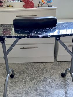 Portable Nail table With Hand Rest for Sale in Miami,  FL