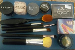 Makeup brushes, eyeshadow, loose pigment - make up - cosmetics - space case - so Susan - naked for Sale in Auburn, WA