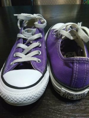 Purple Converse size 4mens but fits size 6 women's for Sale in BRECKNRDG HLS, MO
