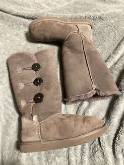 EUCWomen's gray UGGs bailey button triplet size 7 for Sale in Raleigh,  NC