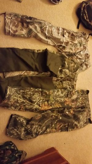 Men's hunting lot (mediums) 30-32/ 32-32 for Sale in Cleveland, OH