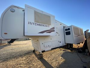 Traila 34ft hitchhiker 5 th wheel 3 slides for Sale in Apple Valley, CA