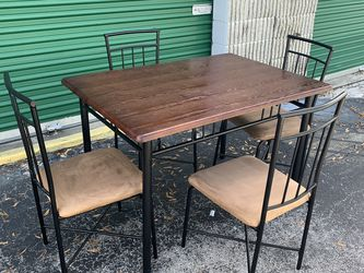 """Cute Kitchen / Dining Room Table With 4 Metal Chairs With Microfiber Cushions. Table measures 46"""" long x 32"""" deep x 30.5"""" tall for Sale in Ocala,  FL"""