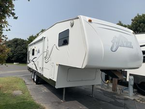 5th wheel Travel Trailer/ 2005 Jazz by Thor for Sale in Visalia, CA