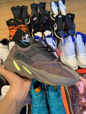 Yeezy 700 mauve for Sale in Kent, WA