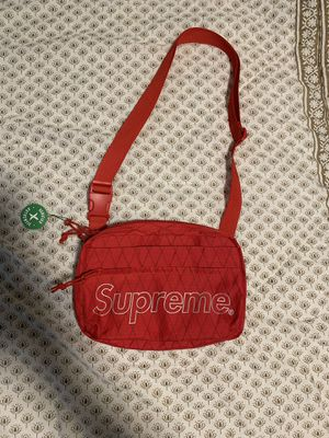 Supreme fw 18 red shoulder bag DS for Sale in Miami, FL