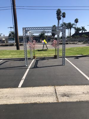 Free standing gazebo 8ft extends to 10ft perfect for events for Sale in Fullerton, CA