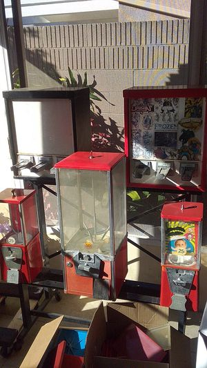 Great condition working comes with some toys 3 keys locks look for arcade game to trade or cash only obo sticker machine no keys or locks for Sale in Santa Ana, CA