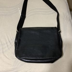 Genuine black leather messenger bag for Sale in Fort Lauderdale, FL