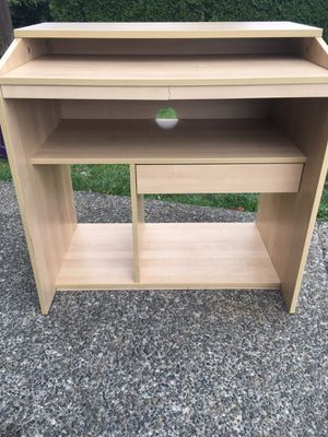 Small desk FREE for Sale in Algona, WA