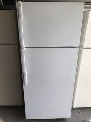 GE Apartment size refrigerator with ICE MAKER for Sale in Santa Ana, CA